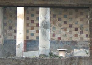 Decorazione parietale a imitazione di una muratura in conci di pietra, forse ispirata a esempi di primo stile.