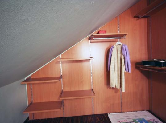 Cabina armadio: parete in legno con mensole. Progetto e realizzazione di Zaccaria Monguzzi