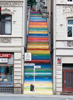 Scala colorata a Wuppertal, opera d'arte dell'artista tedesco Horst Gläsker.