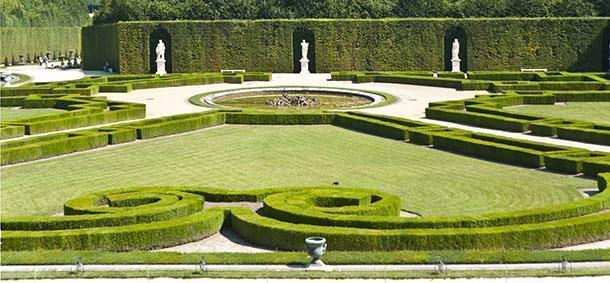 Pareti vegetali formate da alte siepi, statue e aiole in forme geometriche sono tutti elementi tipici del giardino alla francese.