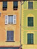 Alcuni edifici con elementi architettonici dimpinti a trompe-l'oeil