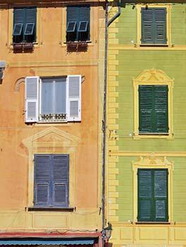 Alcuni edifici con membrature architettoniche dipinte a trompe l'oeil.