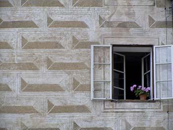 Bugnato diamantato dipinto ad affresco su una facciata, risalente probabilmente al tardo Rinascimento (XVI secolo).