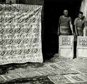 Due artigiani mostrano la propria produzione in una foto d'epoca.