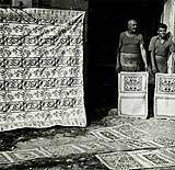 Due artigiani mostrano il loro prodotto in una vecchia foto.