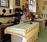 Un tradizionale laboratorio di stampa per la produzione di tele di Romagna autentiche.