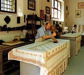 Una stamperia tradizionale in cui si producono le autentiche tele romagnole.