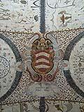 Nelle grottesche compaiono anche elementi estranei al repertorio figurativo tipico della pittura pompeiana, come ad esempio gli stemmi araldici.