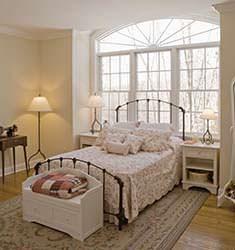 È consigliabile non posizionare il letto sotto a una finestra, perché in caso di terremoto si verrebbe sicuramente feriti dalle schegge del vetro.