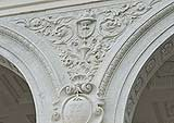 Decorazioni in stucco bianco con motivi vegetali.