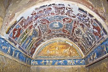 Ambienete romano decorato con stucco policromo.