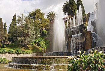 Il giardino della Villa d'Este a Tivoli: la vegetazione particolarmente rigogliosa e l'esuberanza dei giochi d'acqua appaiono in netto contrasto con la rigida simmetria dei giardini formali quattrocenteschi.