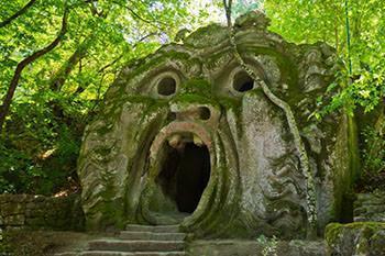 La Grotta dell'Orco del Sacro Bosco di Bomarzo, uno dei giardini manieristi più conosciuti.
