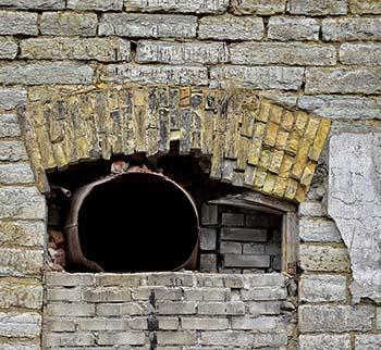 Una muratura fortemente degradata, con presenza di Mancanze, Macchie, Polverizzazione/Disgregazione dei giunti di malta e una leggera Patina Biologica.