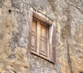 Una muratura degradata, con Lacune e Distacchi dello strato di intonaco.