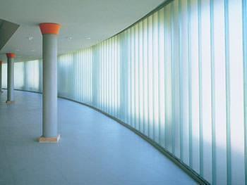 Gli U-glass, o profilati di vetro, si prestano ad esempio per la creazione di pareti autoportanti trasparenti.