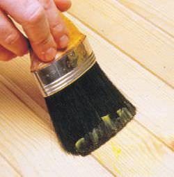 Stesura della cera d'api su mobile in legno