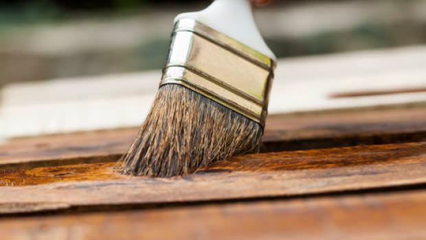 Come si realizza la finitura in gommalacca sui mobili in legno