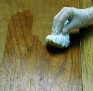 Applicazione della gommalacca a tampone