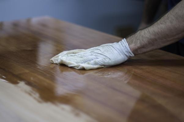 Finitura legno con gommalacca