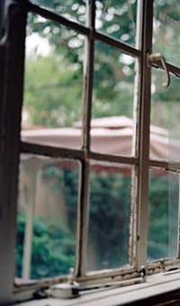 Un vecchio infisso con vetri semplici