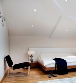 Un ambuente riscaldato con serpentine a soffitto inclinato