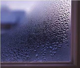 Condensa vapore acqueo su finestra