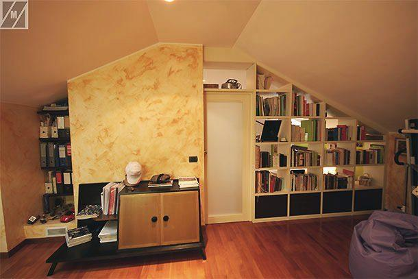 Libreria a giorno in mansarda