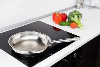 UN camino tra soggiorno e cucina: piano a induzione