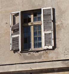 A volte il degrado di un edificio deriva semplicemente dall'incuria e dall'abbandono.