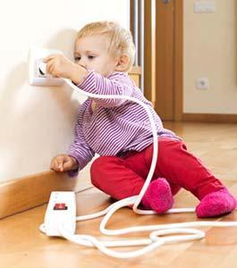 Per evitare il pericolo di folgorazione, mai lasciare che un bambino piccolo maneggi apparecchi elettrici.