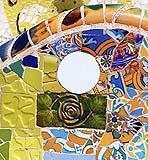 Per ampliare i possibili effetti decorativi, nella panchina sono stati inseriti elementi tagliati secondo precise forme geometriche e pezzi con vari tipi di texture.