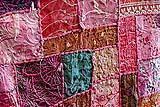 Esempio di patchwork indiano, arricchito da ricami, lustrini, specchietti e passamanerie.