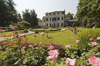 Il giardino formale è spesso parte integrante e necessario completamento delle ville rinascimentali.