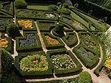 Nei giardini formali prevalgono gli elementi con forme rigidamente geometriche, di chiara origine artificiale.