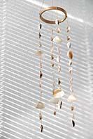 Gli oggetti appesi al soffitto o agli architravi di porte e finestre contribuiscono ad abbellire gli ambienti.