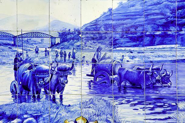 Pannello figurativo in azulejos con scene di vita campestre.