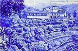 Pannello figurativo in azulejos con paesaggio.