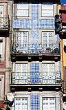 Edificio con la facciata rivestita interamente di azulejos.