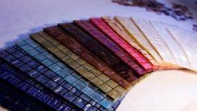 Rivestimenti sottili in resina che creano un mosaico