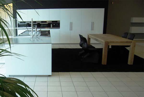 Cucina total white, realizzata su misura da Ingrosso Mobili