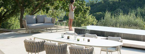 Arredi da esterno in tessuti intrecciati for Arredo giardino divani
