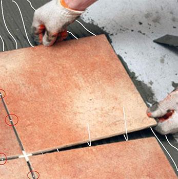 Realizzazione di un pavimento di piastrelle con fibre ottiche nelle fughe.