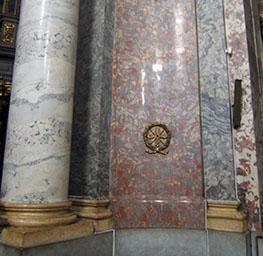 Elementi architettonici con rivestimento in marmo artificiale.