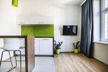 Un locale abitativo con due o più finestre può essere efficacemente diviso con armadi o librerie.