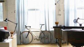 La bici parcheggiata in casa diventa elemento d'arredo
