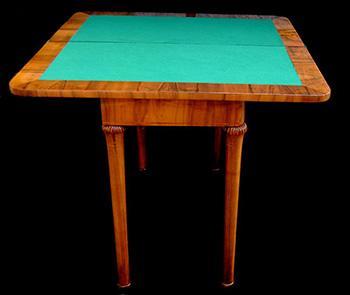 Tavolo da gioco pieghevole in stile Biedermeier; dal catalogo dell'Azienda Principessa Sissi Antichità.