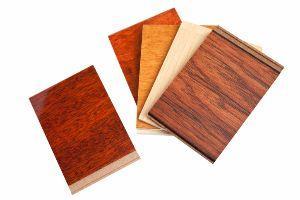 Impiallacciatura con frammento di legno