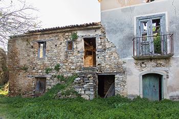 L'autorecupero consente di riutilizzare edifici tradizionali ormai obsoleti altrimenti destinati all'abbandono.