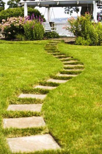Foto di vialetto in giardino con lastre in pietra